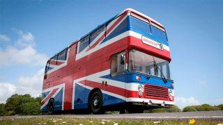 El icónico bus con la bandera inglesa de la película 'Spice World'. / Airbnb