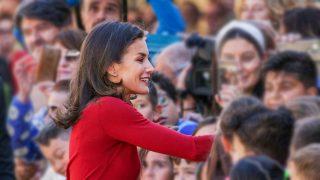 GALERÍA: La reina Letizia apuesta todo al rojo. / Gtres