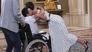 La Reina Letizia recibiendo el cálido abrazo de Gerardo Fernández / GTRES