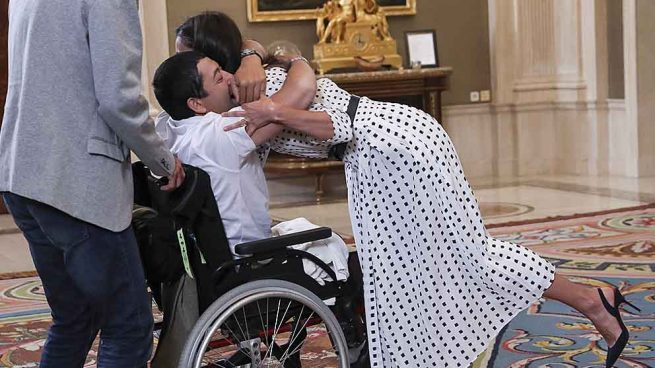 La Reina Letizia recibiendo el cálido abrazo de Gerardo Fernández