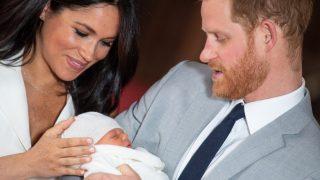 Meghan Markle y el príncipe Harry, enseñando al pequeño Archie / Gtres.