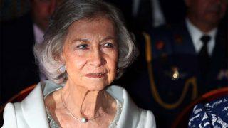 La reina Sofía manda un mensaje con su look en una fecha clave para los reyes / Gtres