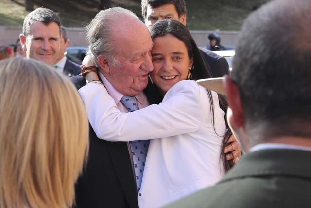 Victoria Federica, muy cariñosa, no dudó en abrazar a su abuelo, Don Juan Carlos, en una de sus últimas apariciones públicas juntos / GTRES