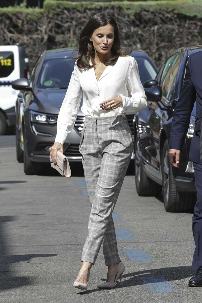 reina letizia pantalon cuadros y camisa blanca