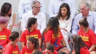 La reina Letizia con la selección femenina de rugby 7 / Gtres