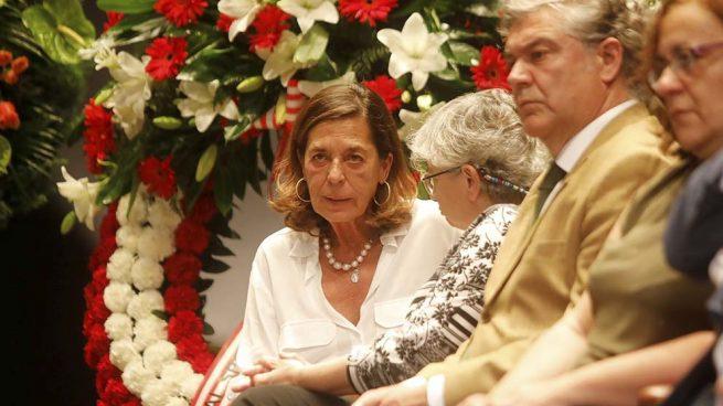 Carmen Quesada, viuda de Arturo Fernández, muy emocionada en su despedida
