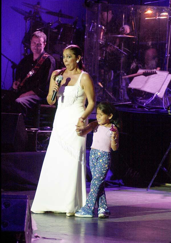 Isa P. acompañando a su madre en el escenario cuando era solo una niña / GTRES