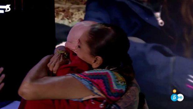Isabel Pantoja fundida en un largo abrazo con su hijo Kiko / Mediaset