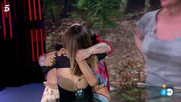 Isabel Pantoja abrazando a sus hijos y Anabel al llegar a España / Mediaset