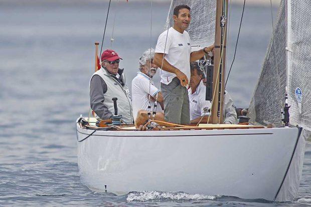 El Rey Juan Carlos a la caña de 'El Bribón' en la regata de Sanxenxo / GTRES