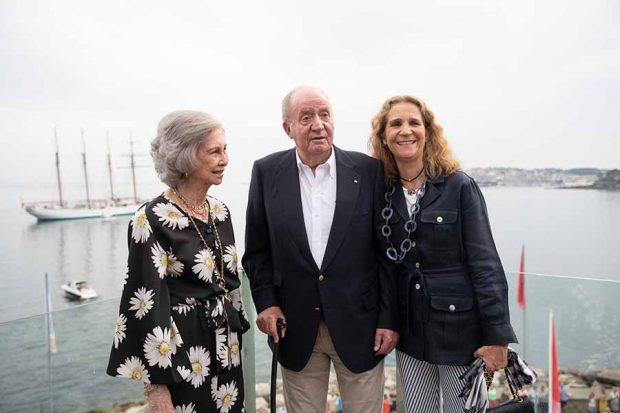 Don Juan Carlos, doña Sofía y la Infanta Elena durante una cena en Sanxenxo / GTRES