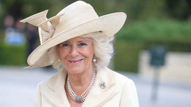 Camilla 'abandona' al príncipe Carlos en sus vacaciones de verano