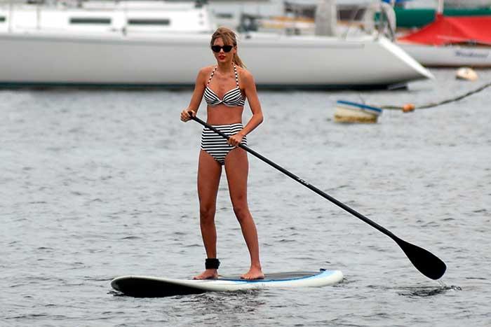 Taylor Swift con un bikini de rayas estilo pin up practicando sky surf / Gtres