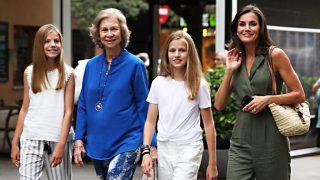 Doña Sofía repite y se une al primer plan privado de la reina Letizia con sus hijas en Palma / Gtres