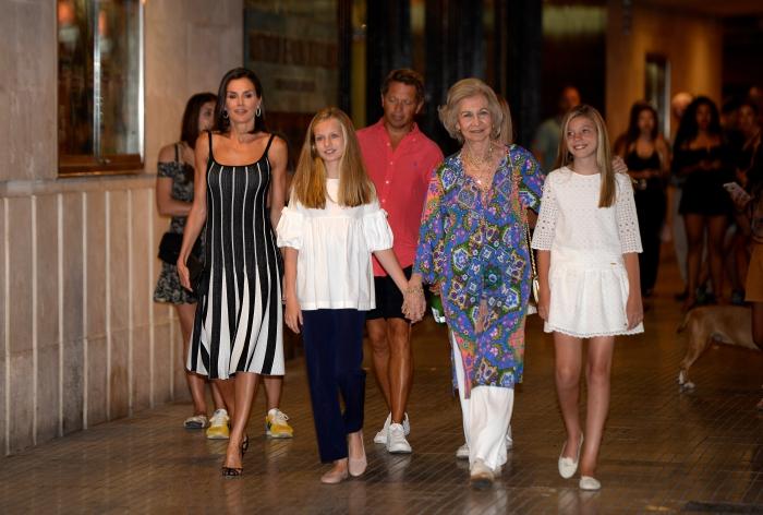 La reina Letizia y doña Sofía llevan a Leonor y a Sofía al teatro