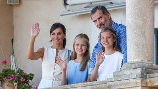 Los Reyes y sus hijas en Palma / Gtres