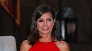 La reina Letizia ha deslumbrado con un vestido rojo /Gtres