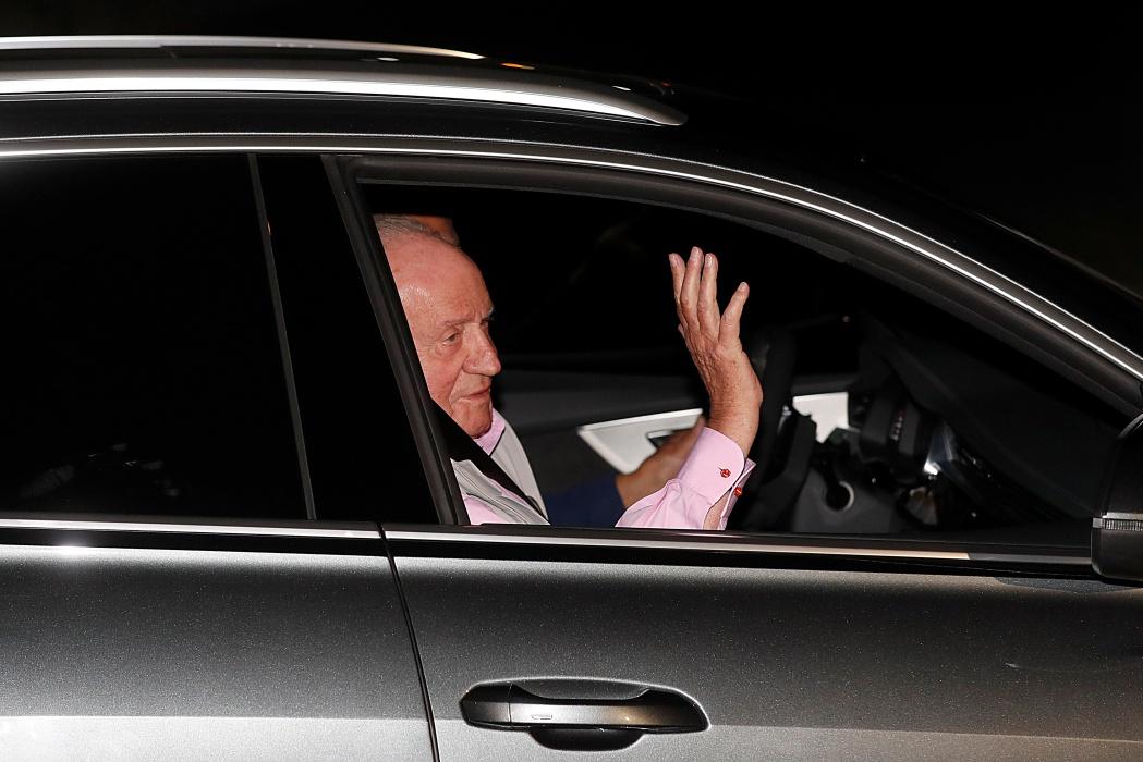 El rey Felipe y doña Sofía acuden al hospital mientras don Juan Carlos es operado