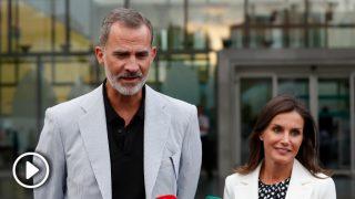 El rey Felipe y la reina Letizia atienden a los medios de comunicación / Gtres.
