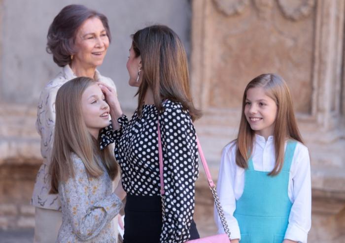 La reina Letizia desempolva la prenda 'maldita' para su visita al hospital