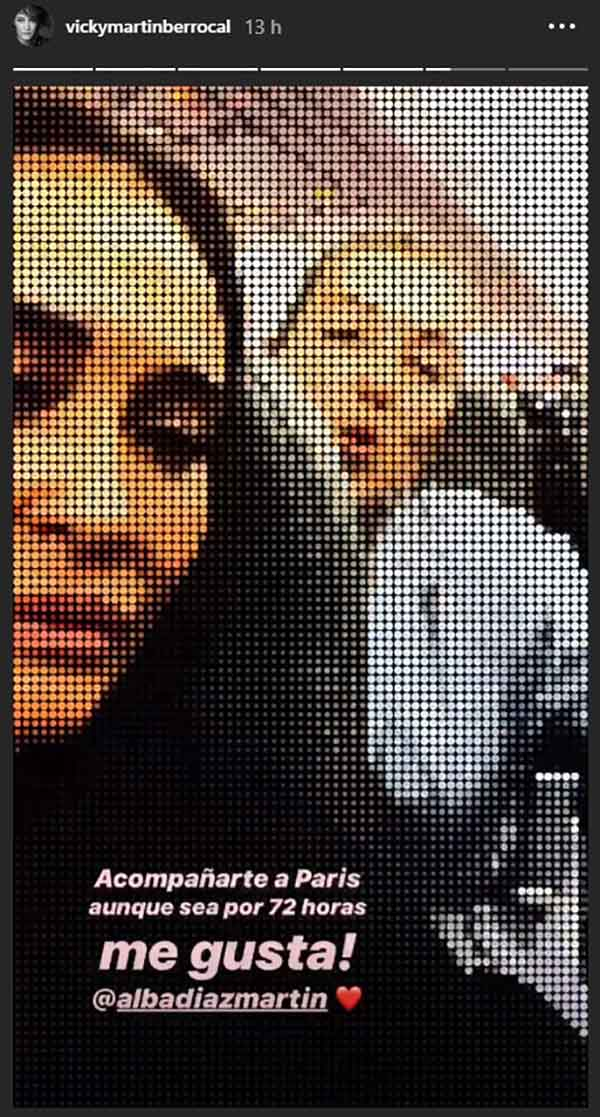 Vicky Martín Berrocal junto a su hija Alba en su vuelo a París / Instagram