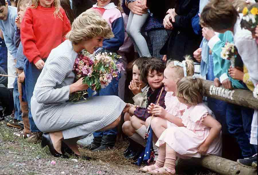 Diana de Gales, agachada para hablar con unos niños durante un viaje a Australia en 1995/ GTRES