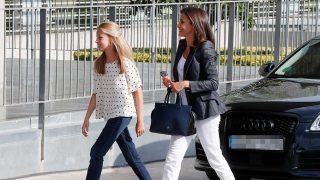 La reina Letizia y la princesa Leonor visitan en solitario al rey Juan Carlos / Gtres