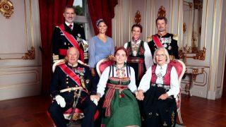 El rey Felipe, junto a su ahijada, Ingrid de Noruega, y el resto de padrinos / Casa Real Noruega.