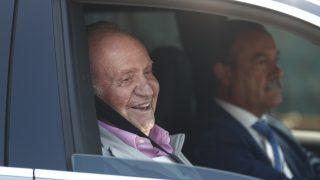 Don Juan Carlos, a la salida del hospital tras recibir el alta médica / Gtres.