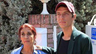 Camilo y su madre, Lourdes Ornelas, a la llegada /Gtres