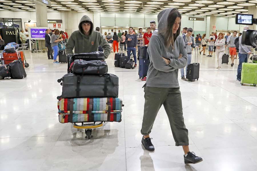 Laura Matamoros y Daniel Illescas al llegar de su último viaje / GTRES