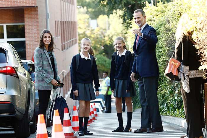 Don Felipe y doña Letizia junto a sus hijas en el primer día de curso de Leonor y Sofía / GTRES