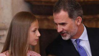 El rey Felipe compartiendo confidencias con su hija, la princesa Leonor, en una imagen de archivo / GTRES