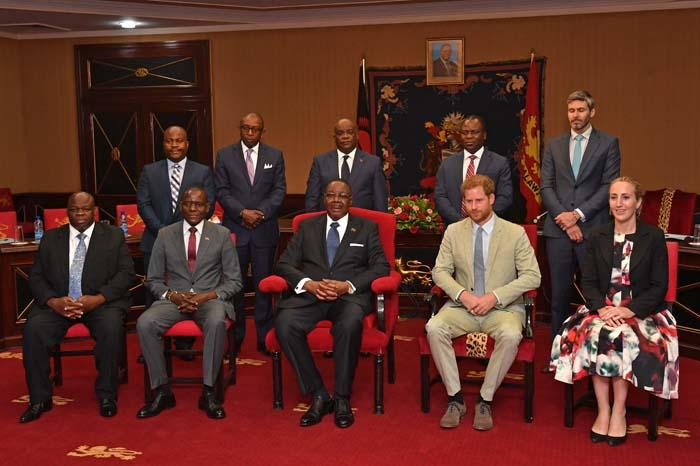 El príncipe Harry y Meghan Markle se separan en su visita a África