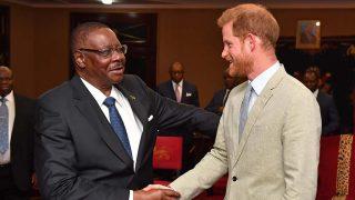 El príncipe Harry junto al presidente de Malawi./ Gtres
