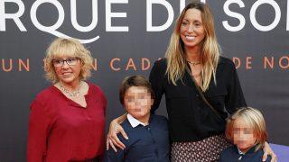 Gemma Mengual con sus hijos y su madre / Gtres