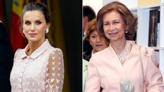 A la izquierda, la reina Letizia. A la derecha, doña Sofía / Gtres