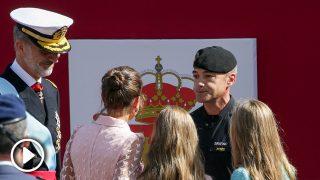 Los Reyes y sus hijas saludan al paracaidista accidentado en el Día de la Hispanidad / Gtres