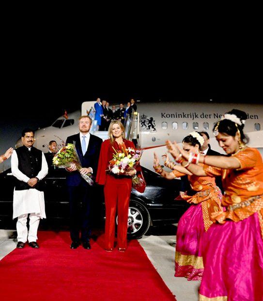 La noche del 13 de octubre, Máxima de Holanda y Guillermo fueron recibidos en el aereopuerto con bailes tradicionales / Gtres