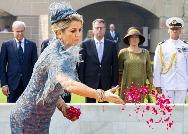 Máxima de Holanda lanzó pétalos de rosas al monumento a Ghandi / Gtres