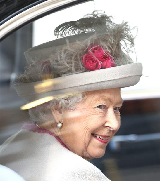 La reina Isabel II llegó en un coche oficial y, Camilla en otro. / Gtres