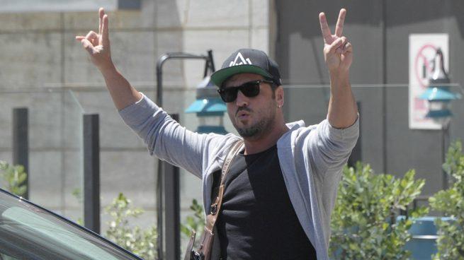 David Bustamante haciendo el signo de la victoria / Gtres