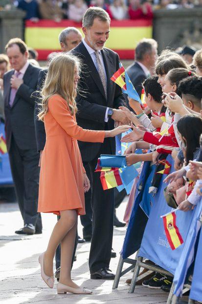 La infanta Sofía y Felipe VI han saludado juntos a la otra mitad de la plaza / Gtres