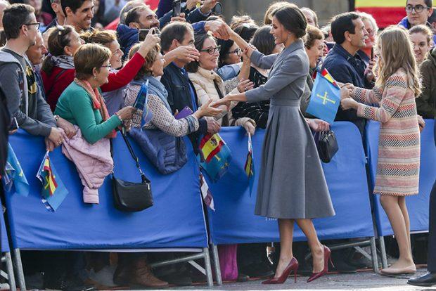 Letizia y Leonor saludando a una parte de la plaza / Gtres