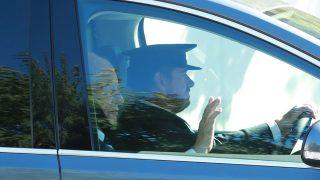 El rey Juan Carlos saluda a su llegada a la boda de Rafa Nadal / Gtres