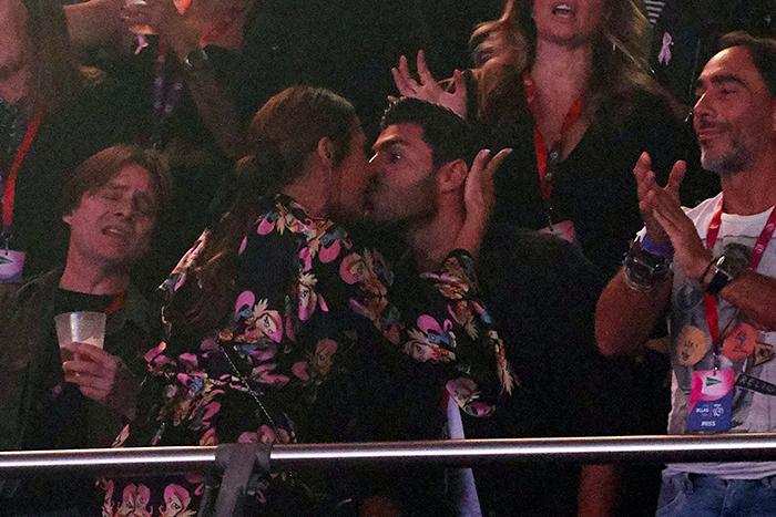 Paula Echevarría y Miguel Torres besándose en mitad de un concierto / GTRES