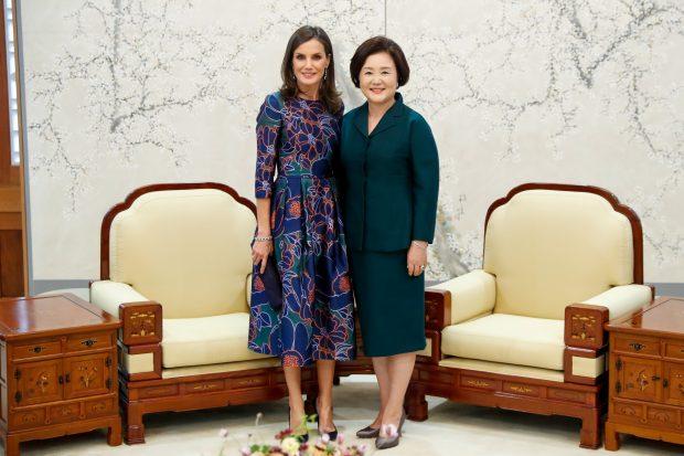 Flores y zafiros: Letizia impacta en Corea con sus joyas más misteriosas
