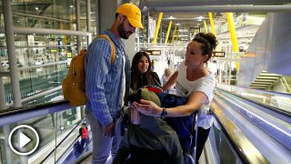 Isa Pantoja, Asraf Beno y Dulce Delapiedra, en el aeropuerto de Madrid / Gtres