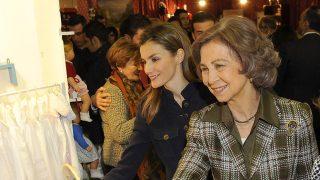 Las reinas doña Letizia y doña Sofía en el Rastrillo de Nuevo Futuro en 2013 / Gtres