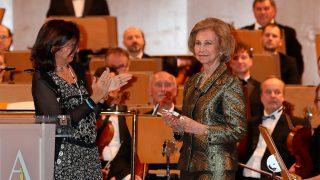 Doña Sofía recibiendo el 'Premio Extraordinario Manos Unidas 60 Aniversario' / Gtres